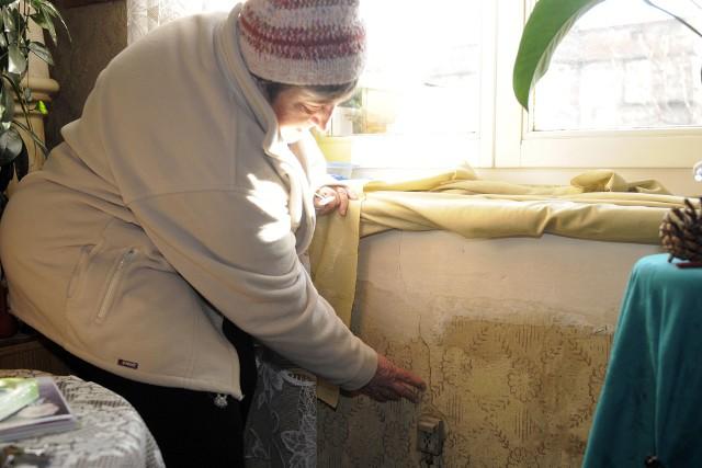 Popękane ściany- Od lat walczymy o remont naszego domu, a ściany, jak były popękane, tak są - mówi pani Maria.