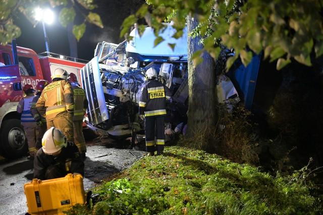 W Szczepankach w powiecie grudziądzkim samochód ciężarowy uderzył w drzewo. W zmiażdżonej kabinie uwięziony był 29-letni kierowca