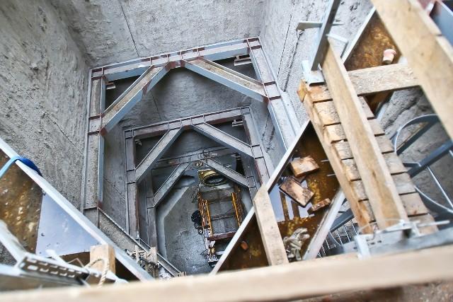 Komora startowa, głęboka na 16 metrów. Symetrycznie po drugiej stronie mostu powstała komora odbiorcza.