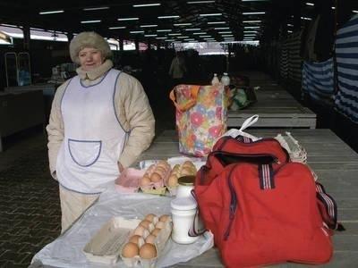 Kurczętami czy kaczkami będę handlować jak się zrobi cieplej - mówi Anna Kuczaj. Teraz poleca jaja i mleko. Fot. Barbara Ciryt