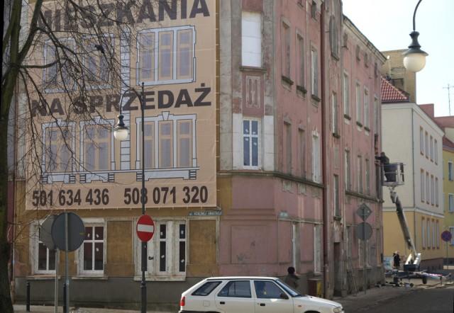 Koszalin. Kamienica w centrum zostanie odnowionaDotychczasowi lokatorzy zostali wysiedleni z budynku, z uwagi na jego zły stan, w 2006 roku.