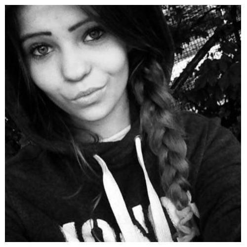 """Pierwsza z zaginionych, Roksana Kaleta, ma 16 lat i ostatni raz widziana była 31 lipca 2019 r. w dzielnicy Łódź Górna.Rysopis zaginionej : wzrost 150-155cm, sylwetka szczupła, długie ciemne włosy, ciemne oczy, twarz owalna.Ubrana była w krótkie spodenki koloru czarnego, koszulkę z krótkim rękawem koloru czarnego, posiadała przy sobie legitymację szkolną oraz """"migawkę"""" na swoje dane osobowe."""