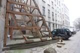 W kamienicy przy ul. Wólczańskiej 43 nadal mieszkają lokatorzy  Budynek w każdej chwili może się zawalić Nieliczni decydują się go opuścić