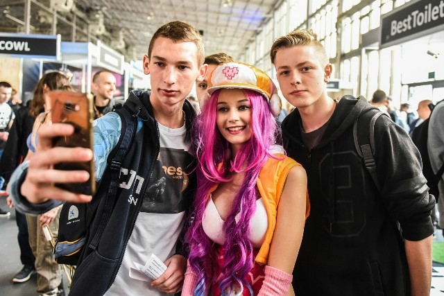 Przez cały weekend poznańskie targi odwiedziło ponad 70 tysięcy osób! Pojawiło się ponad 250 cosplayerów. Były dziesiątki premier gier i sprzętu, tysiące stanowisk do grania, a także wiele pięknych dziewczyn. Zobaczcie zdjęcia!Przejdź do kolejnego zdjęcia --->