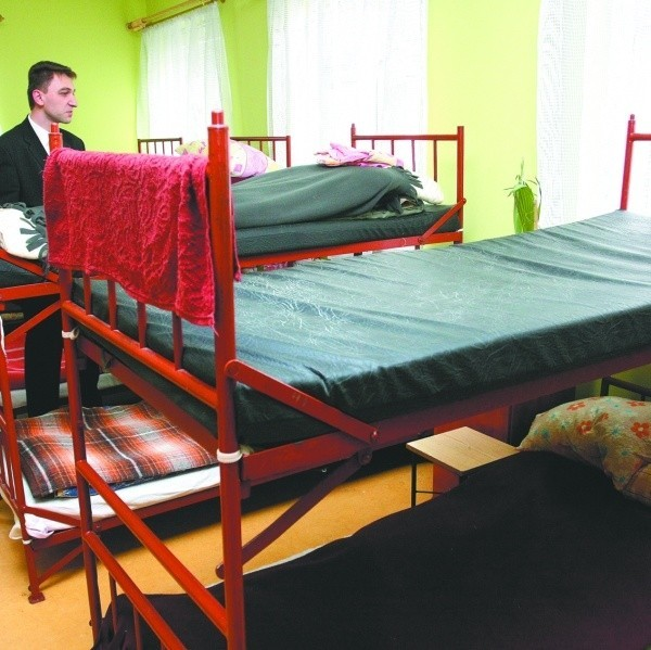 Dwadzieścia pięć łóżek jeszcze jest wolnych w domu dla bezdomnych przy Sienkiewicza w Białymstoku. Do zimy na pewno będą zajęte wszystkie. - Zrobiło się chłodniej i chętnych już mamy więcej - mówi Sebastian Wiśniewski, kierownik domu.