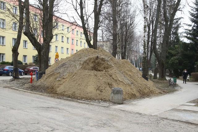 Ze względu na wymianę kanalizacji, ulica Staszica została rozkopana najpierw na odcinku między ulicą Wincentego Pola, a ul. Zofii Chrzanowskiej. Teraz prace rozpoczęły się na kolejnym fragmencie.