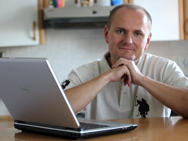 Dariusz Dziadzio kształcił się na fizjoterapeutę. Dostał się z Podkarpacia do Sejmu z listy Ruchu Palikota.