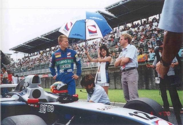 Jarosław Wierczuk przed startem do kolejnego wyścigu. Kiedyś 35-latek był polską nadzieją na starty w F1. Dziś jest przedsiębiorcą z branży rolniczej, który koło Strzelec chce wybudować tor kartingowy.
