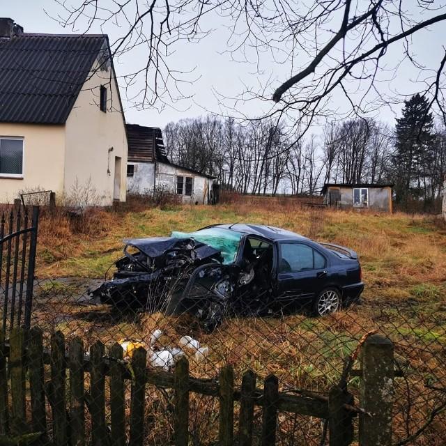 Dziś po godzinie 10, na DK11 w Grzybnicy, doszło do wypadku drogowego. Samochód osobowy uderzył w drzewo. Jedna osoba została poszkodowana. Została przewieziona do szpitala.Zobacz także: Koszalin: Tragiczny wypadek na drodze krajowej nr 6Jesteś świadkiem wypadku? Daj nam znać! Poinformujemy innych o utrudnieniach. Czekamy na informacje, zdjęcia i wideo!■ Przyślij je na adres  alarm@gk24.pl■ Wyślij za pomocą naszego Facebooka:GK24■ Dołącz do grupy Wypadki i utrudnienia - Koszalin i okolice