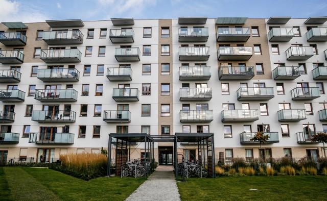 mieszkania na sprzedażNiskie zyski z lokat i dość tanie kredyty zachęcają Polaków do lokowania oszczędności na rynku mieszkaniowym.