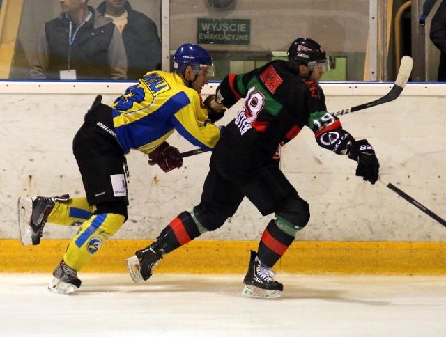 Łukasz Sznotala (w żółtej koszulce) i jego koledzy z zespołu Orlika mieli duże problemy z powstrzymaniem zawodników z Tychów. W tej sytuacji obrońca Orlika walczy z doświadczonym zawodnikiem gości Adrianem Parzyszkiem.