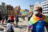 Stop przemocy wobec osób LGBT. Manifestacja z narodowcami w tle we Wrocławiu [ZDJĘCIA]