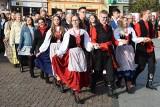 Uczciliśmy Niepodległą. Uczniowie i ich goście zatańczyli poloneza na rynku w Żninie [zdjęcia, wideo]