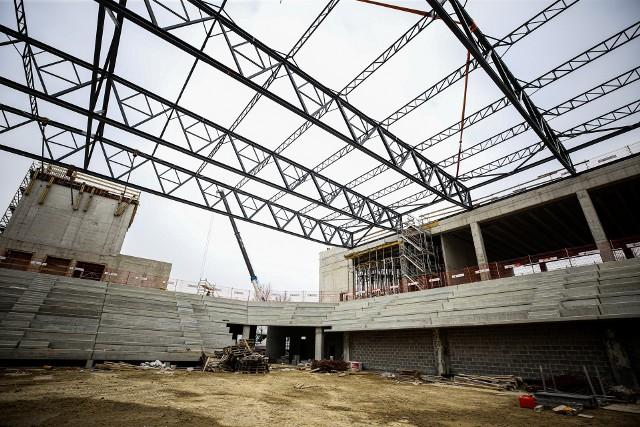 Najbardziej widoczne na placu budowy są metalowe konstrukcje zadaszenia na hali sportowej i Stadionie. Wewnątrz widać już żelbetowe konstrukcje schodów.Zobacz kolejne zdjęcia. Przesuwaj zdjęcia w prawo - naciśnij strzałkę lub przycisk NASTĘPNE