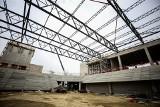 Tak powstaje Zagłębiowski Park Sportowy. Stalowe konstrukcje nad halą i nowym stadionem w Sosnowcu robią wrażenie