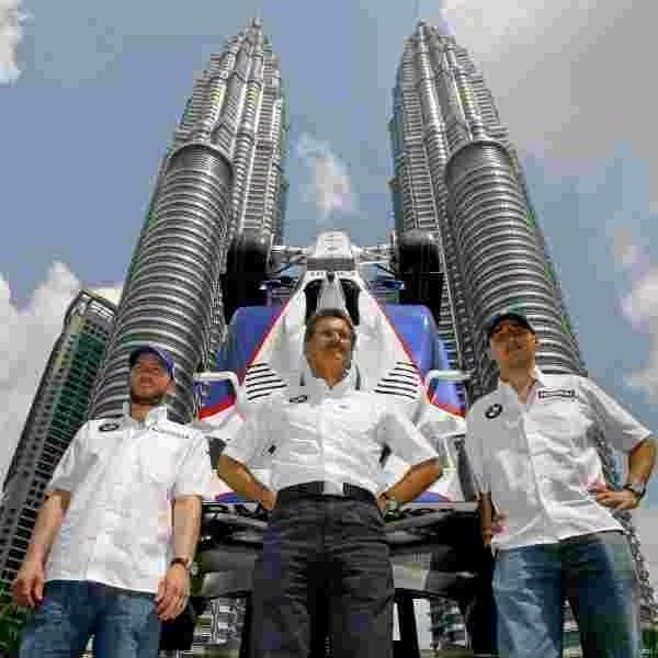 Kierowcy teamu BMW, Niemiec Nick Heidfeld (z lewej) i Polak Robert Kubica (z prawej), są na ustach wszystkich kibiców w Malezji. Do zdjęć wraz z dyrektorem sportowym Mario Thiessenem pozowali m.in. pod bolidem Formuły 1 wystawionym przed bliźniaczymi wieżami Petronas w centrum Kuala Lumpur.