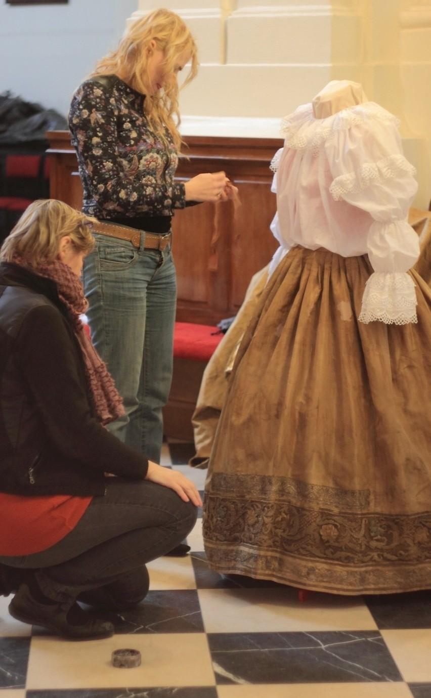 Małgorzata Grupa i Anna Drążkowska pokazują odnowioną suknię