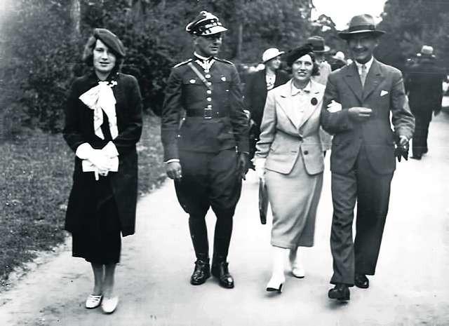 Na spacerze z siostrami i szwagrem, Jerzy Lewszecki (w mundurze), po wojnie jako jeden z ostatnich rozstrzelany przez ówczesne władze