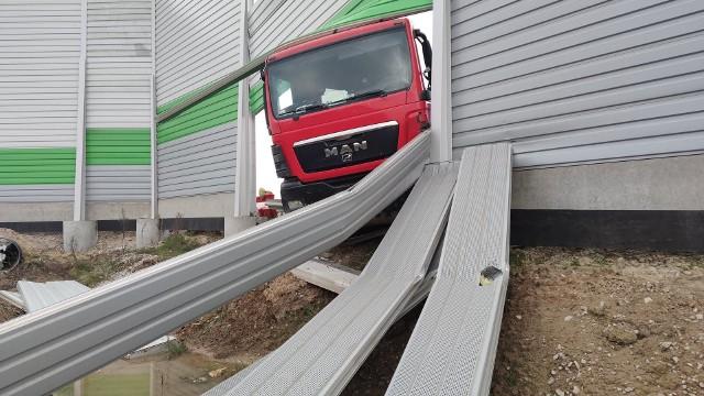 Do groźnej kolizji doszło w poniedziałek, 7 grudnia 2020, po godz. 10 na autostradzie A1 w Brzozie. Zderzyły się tam dwie ciężarówki marek Volvo i MAN, w tym jedna z naczepą. Zobaczcie zdjęcia z tego zdarzenia!CZYTAJ DALEJ NA NASTĘPNYM SLAJDZIE