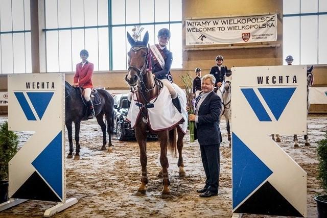 Magdalena Kamińska odbiera nagrodę za zwycięstwo od Dariusza Wechty
