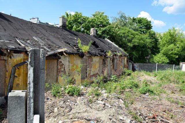 Znika kolejna stara zabudowa z centrum Kielc. Wyburzone są budynki, które stały na podwórku na tyłach kamienic przy ulicy Jana Pawła II 19 i sąsiednich, od strony ulicy Wojska Polskiego i Miodowicza