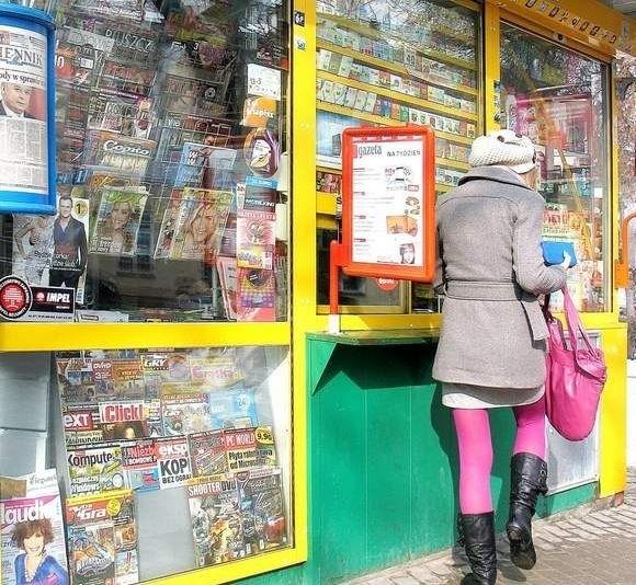 Kioski kipią kolorowymi tygodnikami. Ich wydawcy prześcigają się w pomysłach, aby pozyskać nowych czytelników.