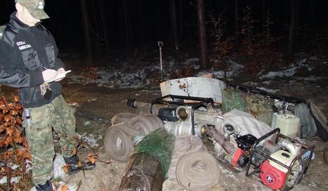 Zdarza się, że bursztyniarze uciekając z miejsca kradzieży, zostawiają sprzęt, który służy im do wydobycia kruszcu
