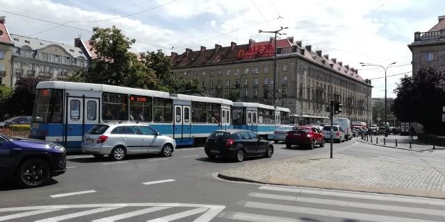 Po placu Kościuszki nie da się jeździć. Kierowcy blokują drogę