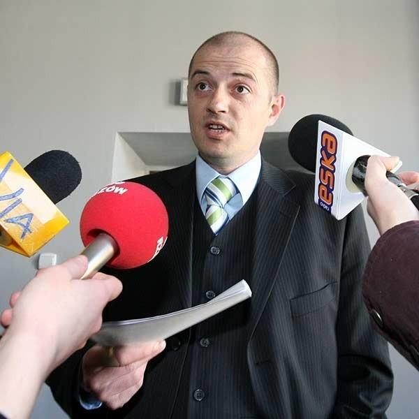 Przemysław Tejkowski, nowy dyrektor teatru zafundował dziennikarzom wycieczkę po budynku, nie odpowiedział na żadne pytanie i poszedł do wojewody.