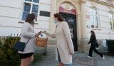 Ewa Leniart rozdawała soczki owocowe maturzystom z II LO w Rzeszowie