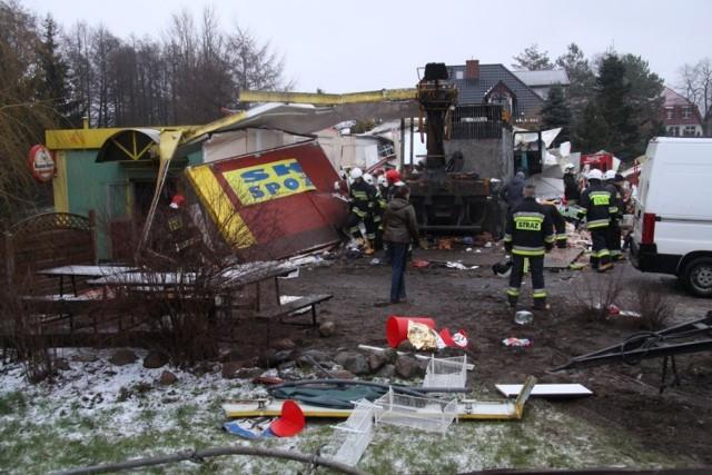 Powiat bytowski: W poniedziałek 12 stycznia, przed godziną 7 w miejscowości Nożyno w powiecie bytowskim, samochód ciężarowy uderzył w budynek sklepu. Jedna osoba zginęła, a jedna została ranna. Samochód ciężarowy wpadł w poślizg na oblodzonej jezdni i uderzył w przydrożny sklep.(autor: Łukasz Boyke)