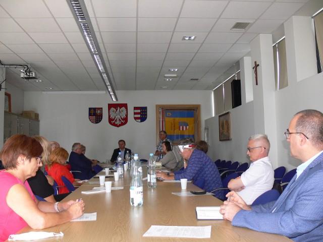 Spotkanie  z udziałem dyrektorów szkół, władz powiatu i dyrektora  sandomierskiego sanepidu poświęcono procedurom, jakie zostaną uruchomione w dobie pandemii, w placówkach prowadzonych przez powiat od pierwszego września.