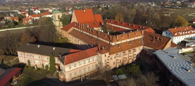 Opactwo zmieni się w plac budowy. Na dniach zacznie się wyburzanie czerwonej szkoły (w prawym dolnym rogu zdjęcia)