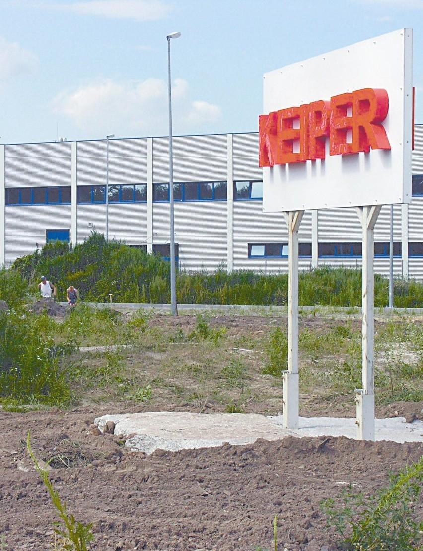 W maju ubiegłego roku prezes koncernu Elmar Deegener wspinał się na kamień węgielny przyszłej fabryki. Dziś zakład jest już niemal gotowy, a fotele zaczną zjeżdżać z taśm we wrześniu. (fot. Jarosław Staśkiewicz)