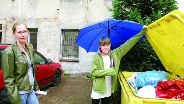 W Chojnicach nie ma gdzie wrzucać śmieci.Agnieszka Froehlke razem z córką Justyną z ul. 31 Stycznia w Chojnicach pokazuje, że nie ma gdzie wrzucać śmieci. - W piątek zabrali niebieskie pojemniki. Został tylko żółty do plastików, papierów i szkła. Proszę zobaczyć, tam jest wszystko! - mówi Froehlke. - Podejrzewam, że śmieci podrzucają ludzie z osiedla. Ja sama na razie trzymam je w domu. Po weekendzie mam już prawie dwa worki. Poczekam do wtorku, a potem będę interweniować w urzędzie. Sama zadeklarowałam śmieci niesegregowane, bo mam na przykład popiół.