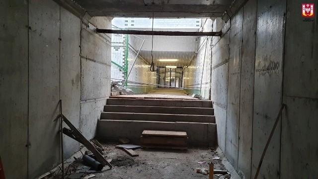 Jak informują służby prasowe inowrocławskiego ratusza, trwa inwestycja związana z modernizacją okolic dworca: budowa parkingu przy ul. Magazynowej oraz tunelu, który połączy parking z dworcem PKP. Prowadzone są prace w obrębie parkingu, ułożono i ustabilizowano podbudowę, ustawiono krawężniki. Trwa układanie nawierzchni z kostki betonowej. Podbudowano konstrukcję tunelu. Obecnie trwa odtwarzanie torów kolejowych. Wykonawca przebudował kolidujące kable energetyczne i sygnalizacyjne. Ekipa budowlana kontynuuje prace ziemne między tunelem a ul. Magazynową. Przypomnijmy, że koszt inwestycji to ponad 5 996 000 zł, z czego prawie 5 000 000 zł stanowi dofinansowanie. Planowany termin zakończenia budowy to druga połowa 2020 r.