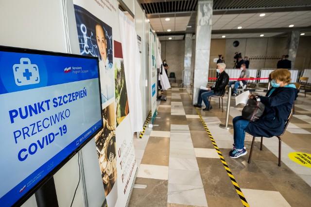 Pierwsi pacjenci w pilotażowym punkcie szczepień powszechnych na UTP w Bydgoszczy już zaszczepieni pierwszą dawką Moderny.