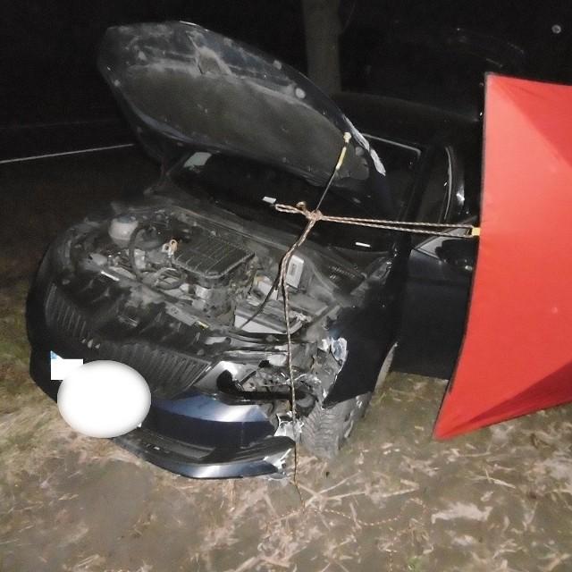 Jak wynika ze wstępnych ustaleń policji kierujący samochodem osobowym marki Skoda Fabia, 50-letni mieszkaniec Bydgoszczy, z nieustalonej na chwilę obecną przyczyny zjechał na przeciwległy pas ruchu, gdzie uderzył w znak drogowy, przejechał przez rów zatrzymując auto kilkadziesiąt metrów od drogi na polu uprawnym.