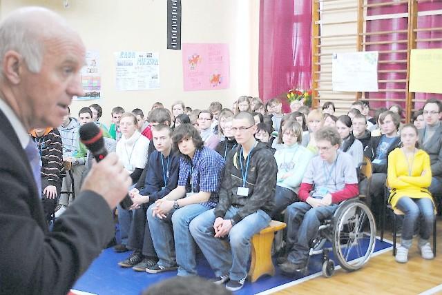 """Młodzież z """"Ekonomika"""" bezpośrednio pytań prezydentowi Robertowi Malinowskiemu nie zadawała. Przekazała je na kartce."""
