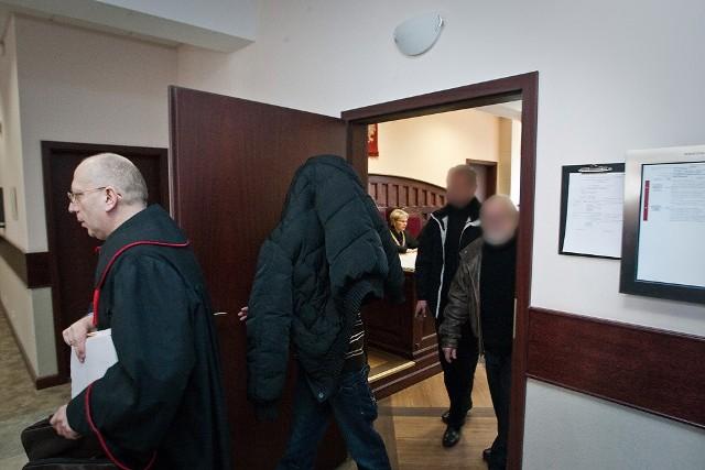 Proces się nie rozpoczął. Oskarżeni i publiczność opuszczają salę.