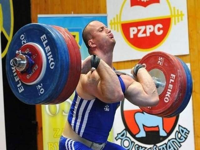 Marcin Dołęga musi dźwigać w granicach 430 kg w dwuboju, aby powalczyć w Londynie o złoto.