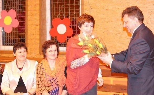 Każda uczestniczka spotkania z rąk burmistrza Wojciecha Furmanka otrzymała piękne kwiaty.