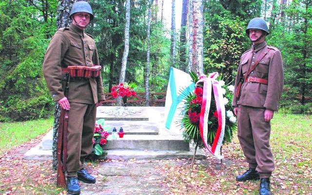 Członkowie GRH - G.O. Śląsk odwiedzili żołnierską mogiłę w rejonie wsi Ulów