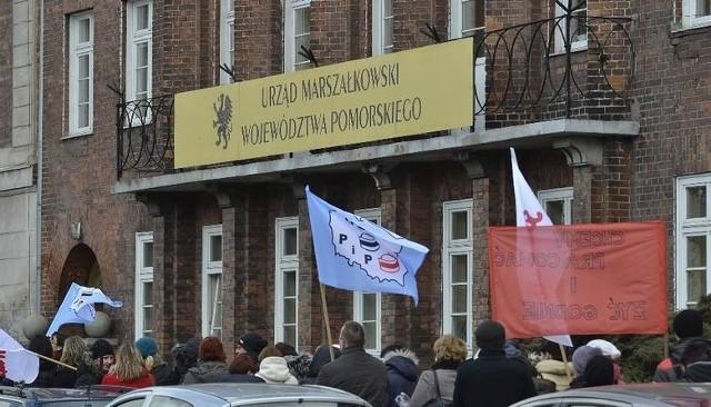 Pracownicy kościerskiego szpitala protestowali przed Urzędem Marszałkowskim 8 kwietnia 2013 r.