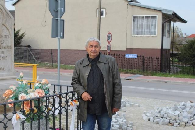 Leszek Stando, sołtys Ruszkowic w gminie Borkowice, przy odrestaurowanej kapliczce.