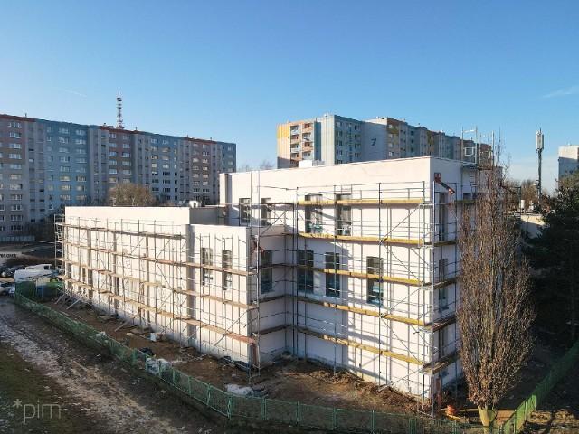 Kończy się budowa sali gimnastycznej przy Szkole Podstawowej nr 68 na os. Jana III Sobieskiego. Przejdź do kolejnego zdjęcia --->