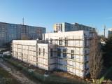 Poznań: Budowa sali gimnastycznej przy Szkole Podstawowej nr 68 na os. Jana III Sobieskiego na finiszu. Zobacz zdjęcia