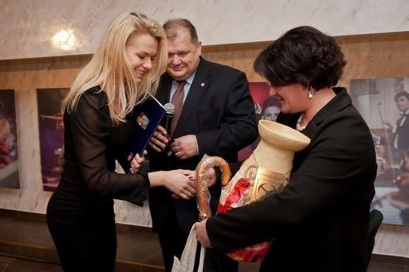 Jedną z pierwszych laureatek nagrody była Emilia Komarnicka (z lewej), aktorka, która pierwsze kroki na scenie stawiała w Brzegu.