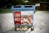 Kontenery z oryginalnymi plakatami na plaży