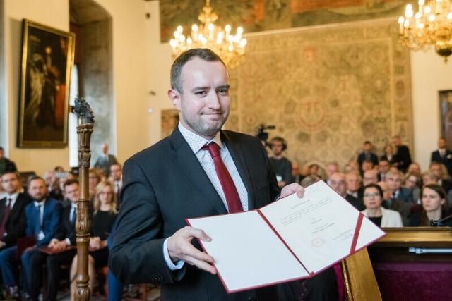 Karol Ważny - radny Koalicji Obywatelskiej podczas sesji Rady Miasta Gdańska inaugurującej kadencję